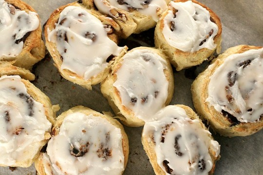 cinnamon roll biscuits frosted